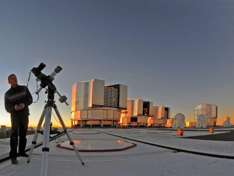 Автор проекта на фоне VLT - очень большого телескопа в Чили