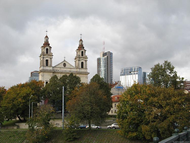 Вильнюс. Сочетание старого и нового. Костёл на фоне нового города.