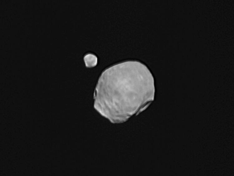 Марсианские спутники Фобос и Деймос в одном кадре сделанном Mars Express