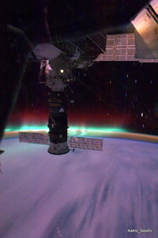 Пролёт МКС через северное сияние