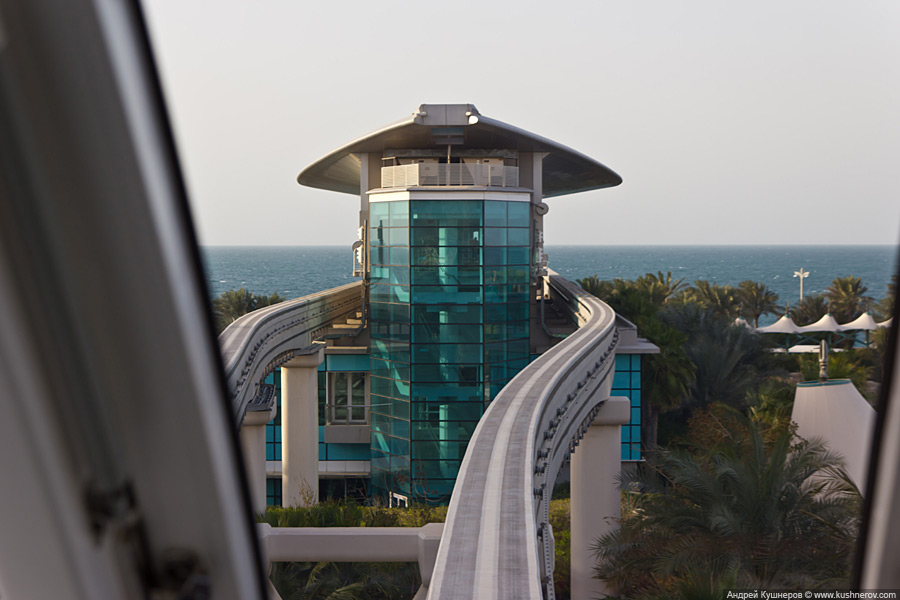 Монорельс на пальме Джумейра в Дубае
