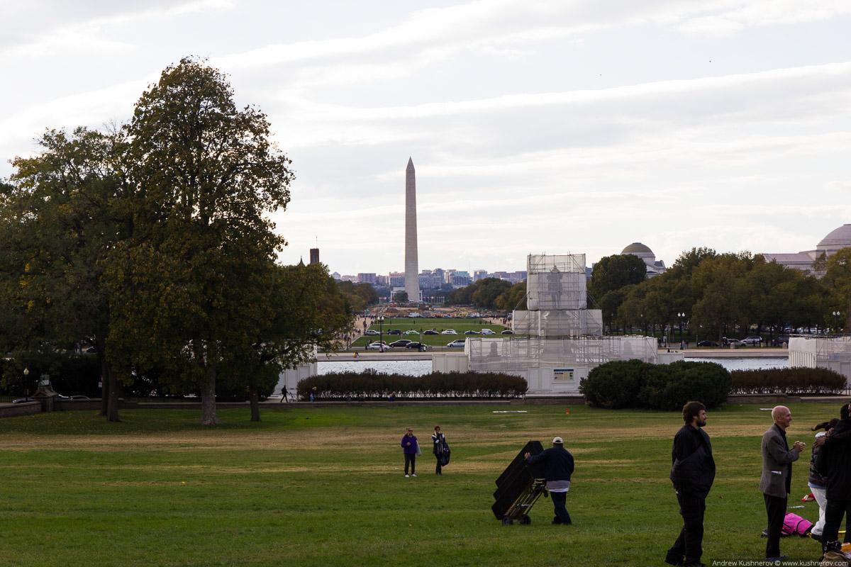 Вашингтон, округ Колумбия. Вид на монумент Вашингтона с площади около Капитолия