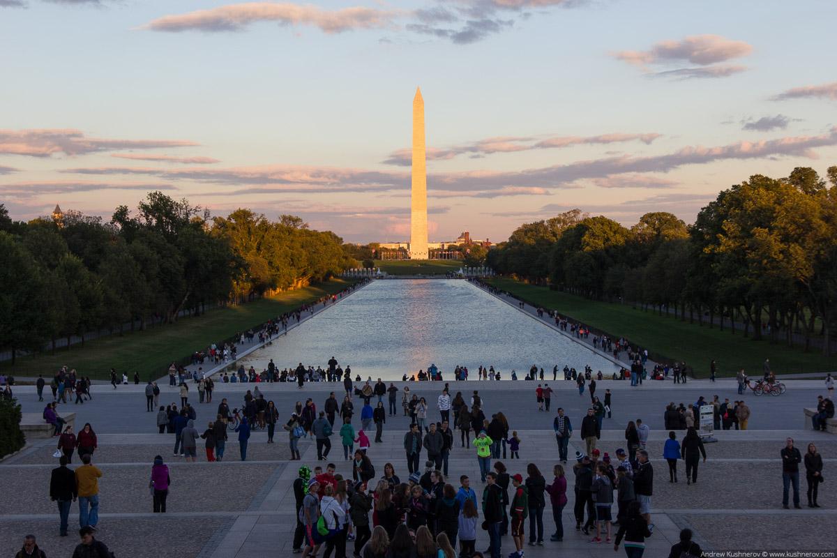 Вашингтон, округ Колумбия. Вид на монумент Вашингтона с мемориала Линкольна