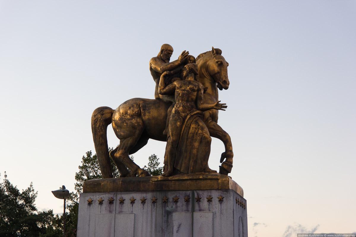 Вашингтон, округ Колумбия. Статуя на мосту Арглингтонского мемориала