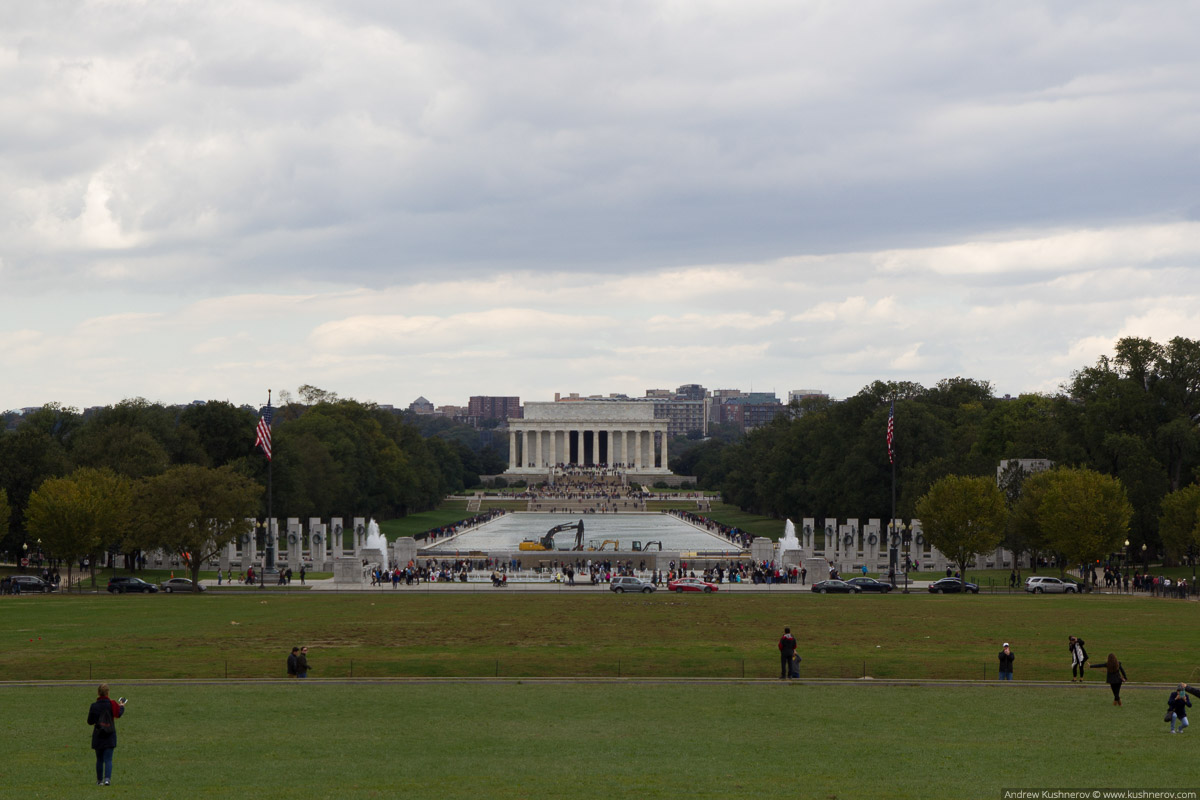 Вашингтон, округ Колумбия. Вид на мемориал Линкольна с монумента Вашингтона