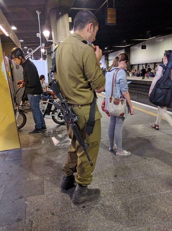Тель-авив. Военный с автоматом